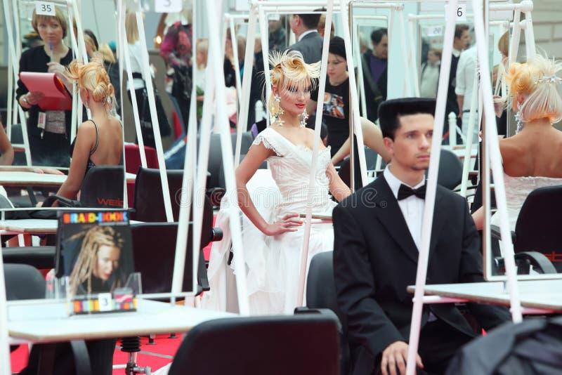 Baumuster mit weißem Kleid der fantasievollen Frisurabnutzung stockbilder