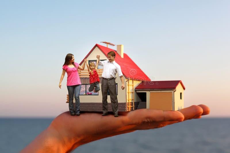 Baumuster von hous an Hand und von Familie stockfoto