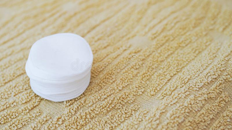 Baumwollauflagen f?r bilden auf Tuch Heller Hintergrund mit Kopienraum Konzept der K?rperhautpflege lizenzfreies stockbild