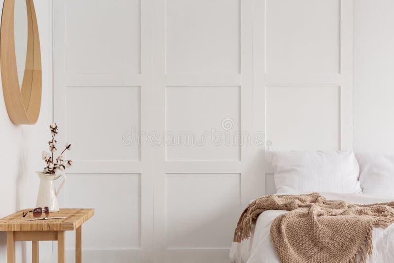 Baumwollblume im rustikalen Vase im Schlafzimmer, wirkliches Foto mit Kopienraum auf dem leeren wa lizenzfreie stockbilder