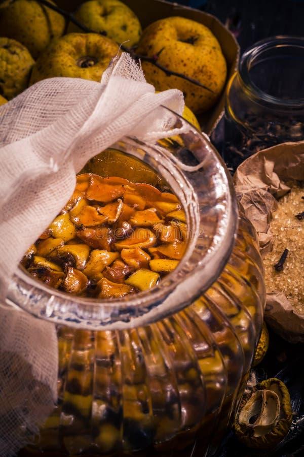 Baunilha w dos cravos-da-índia do açúcar do marmelo dos galhos dos frutos das tinturas dos ingredientes imagem de stock