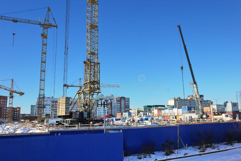 Bauphasen eines mehrstöckigen Gebäudes Das Gießen des Betons und Aufrichtung von Plattenböden Details und Nahaufnahme stockfotografie