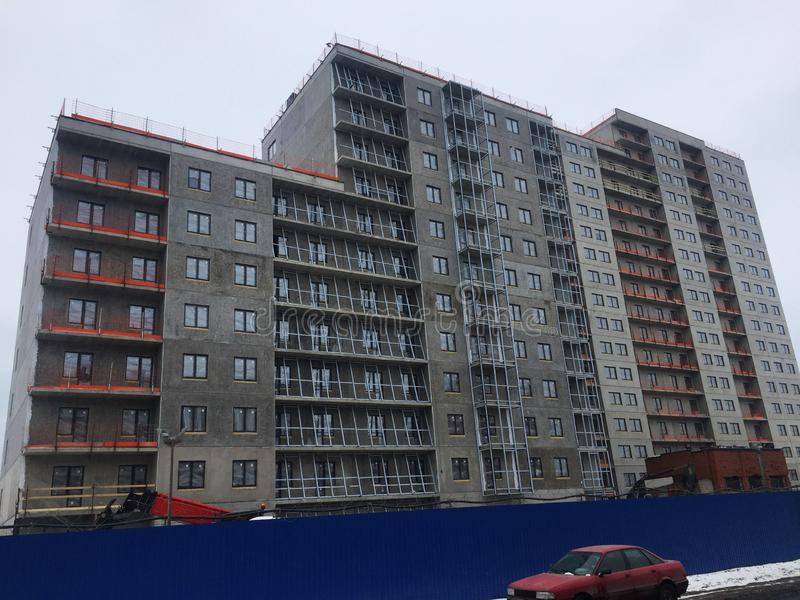 Bauphasen eines mehrst?ckigen Geb?udes Das Gie?en des Betons und Aufrichtung von Plattenb?den Details und Nahaufnahme stockbilder