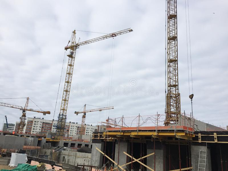 Bauphasen eines mehrst?ckigen Geb?udes Das Gie?en des Betons und Aufrichtung von Plattenb?den Details und Nahaufnahme lizenzfreies stockfoto