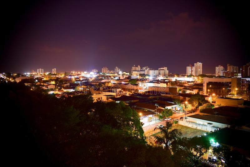 Bauru, Brasil na noite foto de stock royalty free