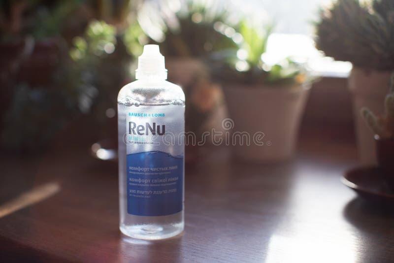 Bausch & Lomb Renu φρέσκια μετάφραση λύσης φακών επαφής - ανακουφίστε τους καθαρούς φακούς στοκ φωτογραφία