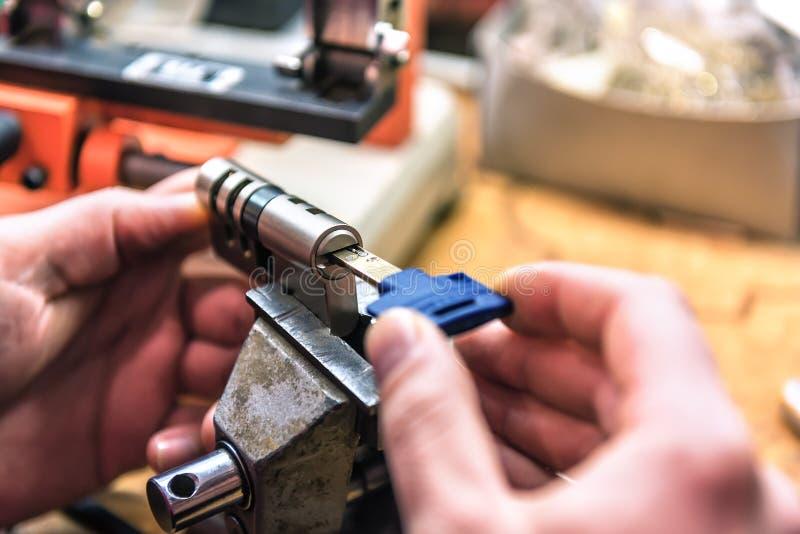 Bauschlosservorlagenreparaturtürschließzylinder lizenzfreie stockfotografie