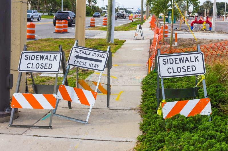 Bausicherheitszeichen warnt, dass Fußgänger der Bürgersteig geschlossen ist stockfotografie