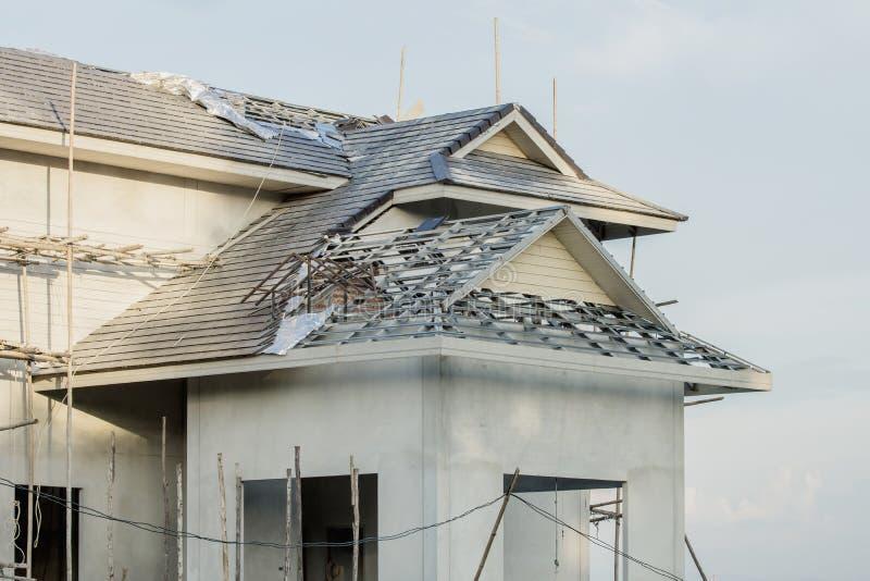 Baustahldach unter Verwendung der Stahlrahmen des Errichtens des Wohnungsbaus stockbild