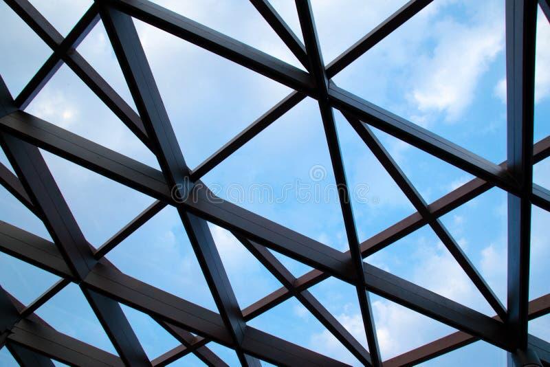 Baustahlkreuzbau und Wolkenhimmel stockfoto