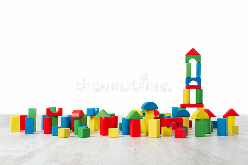 Fußboden Aus Holzklötzen ~ Bausteine spielen über fußboden im weißen innenraum stockbild