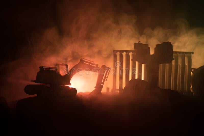 Baustelle auf einer Stadtstraße Ein gelber Baggerbagger parkte während der Nacht auf einer Baustelle Industrielles Konzept t lizenzfreie stockfotos