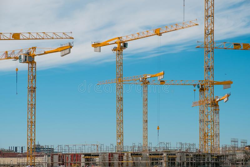 Baustelle, Baugerüst und viele Kräne auf Baustelle lizenzfreies stockbild