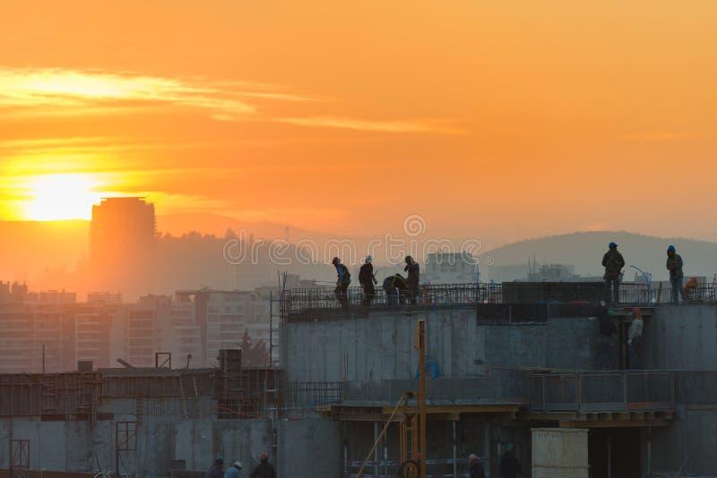 Baustelle bei Sonnenuntergang in Santiago stockfotos