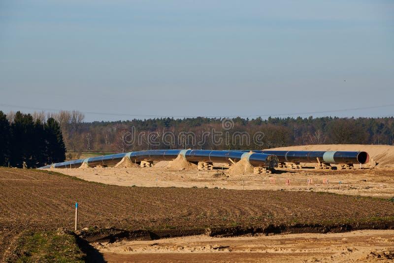 Baustelle der europäischen Erdgaspipeline EUGAL nahe Wrangelsburg (Deutschland) auf 16 02 2019, fängt diese Rohrleitung herein an stockfotografie