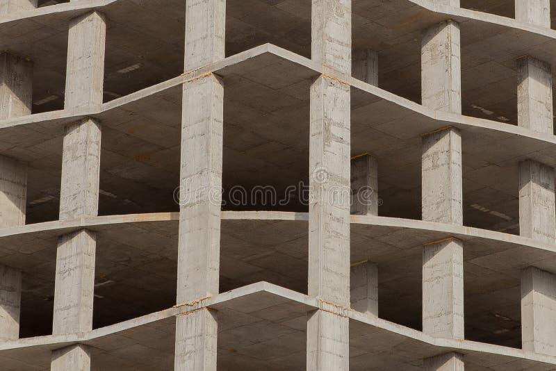 Baustelle eines hohen Geb?udes der neuen Wohnung gegen blauen Himmel Wohngebiet-Entwicklung Immobilienprojektwachstum stockbild