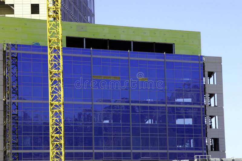 Baustelle - Kran und das Gebäude stockfotos