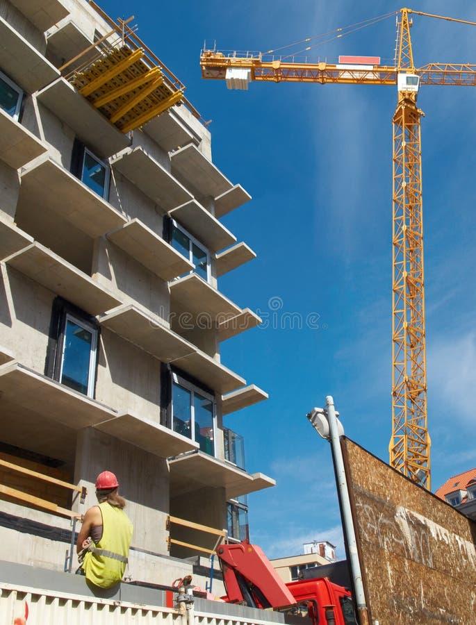 Baustelle mit einem weiblichen Bauarbeiter lizenzfreie stockbilder