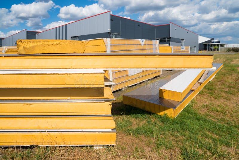 Baustelle mit Isoliermaterial stockfotos
