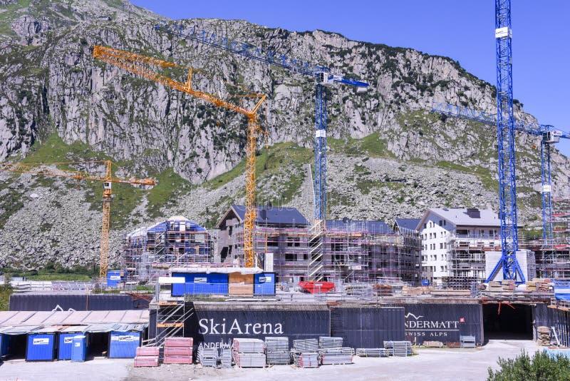 Baustelle mit Kränen bei Andermatt auf den Schweizer Alpen stockfoto