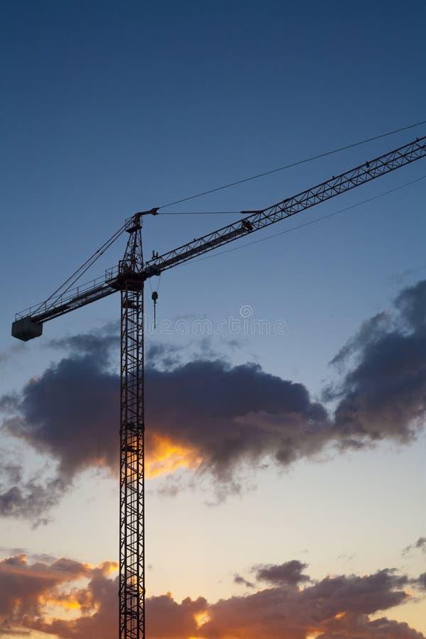 Baustelle mit Kran bei Sonnenuntergang lizenzfreies stockfoto