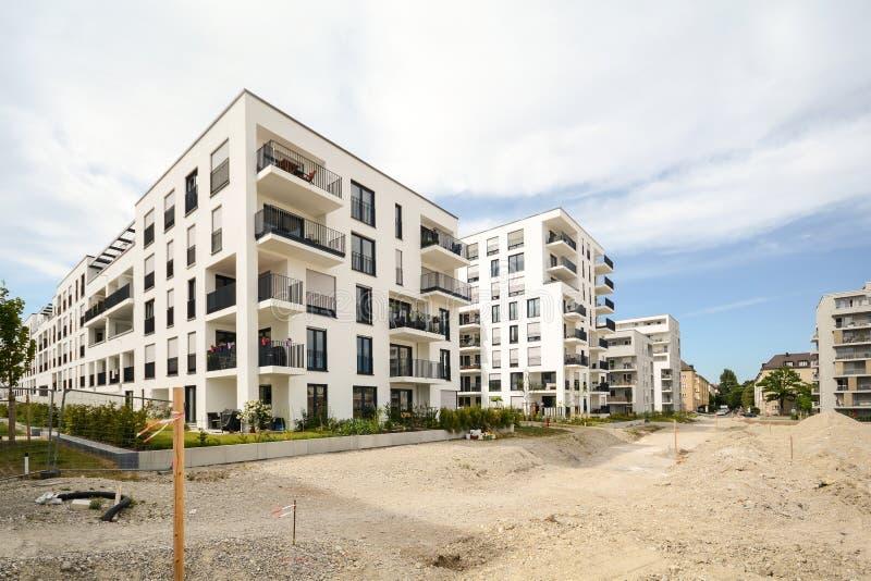 Baustelle mit neuen Wohngebäuden - moderne Wohnhäuser lizenzfreies stockfoto