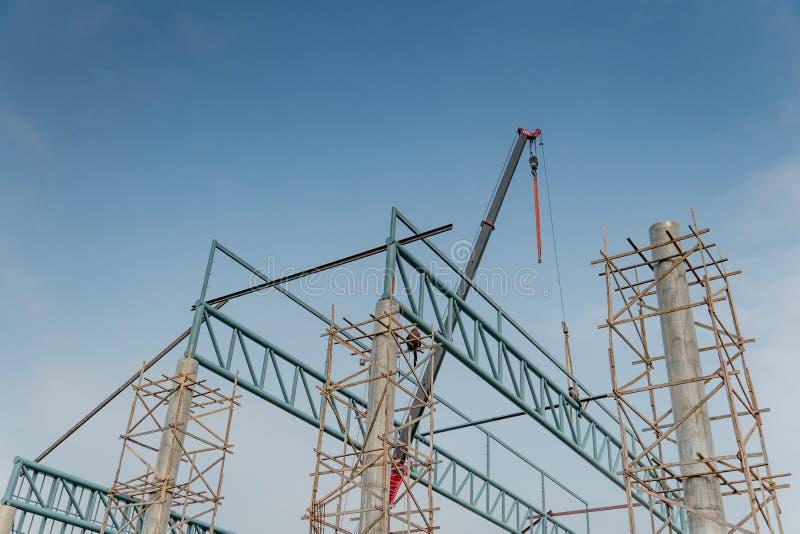 Baustelle mit Stahlkonstruktion und Kran stockbilder
