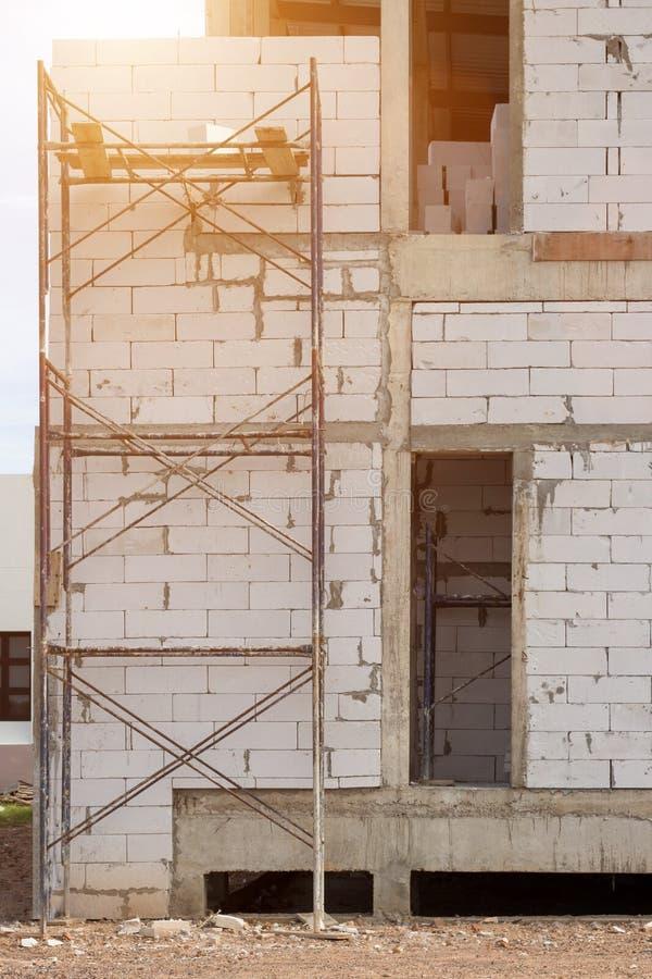 Baustellegebäude mit Baugerüst auf neuem Haus, Architektur und hohem Hochbaukonzept lizenzfreies stockbild