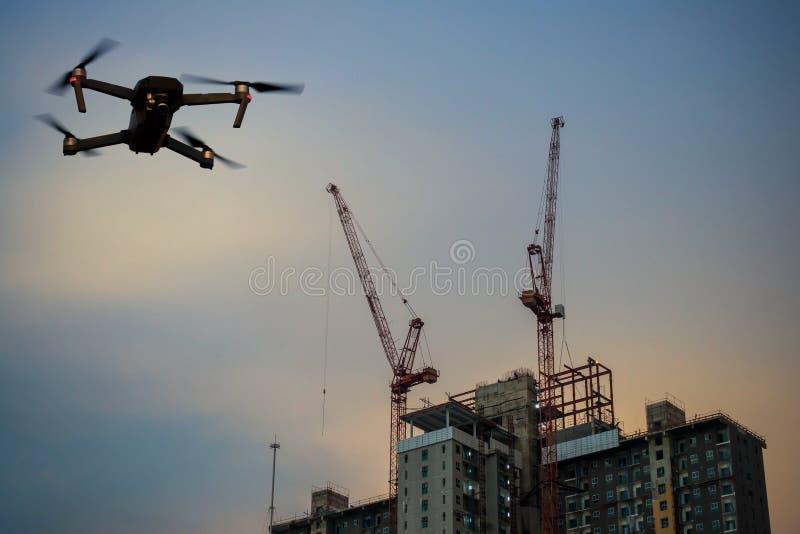 Baustellegebäude mit Kran und Brummen stockfotos
