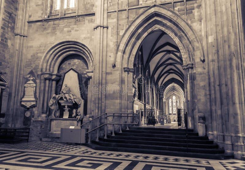 Baustil-Bögen in Querschiff-Worcester-Kathedrale stockfoto
