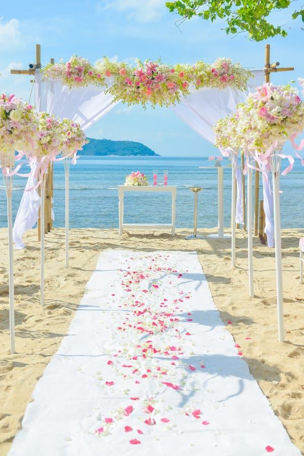 Bautiful-Hochzeit gegründet auf dem Strand stockbilder