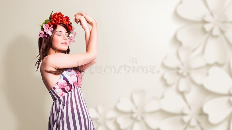 Bautiful kvinna med tulpanhårgarnering royaltyfria foton