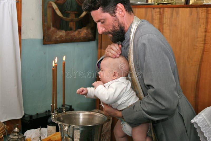 Bautismo del niño en la iglesia ortodoxa imagen de archivo libre de regalías