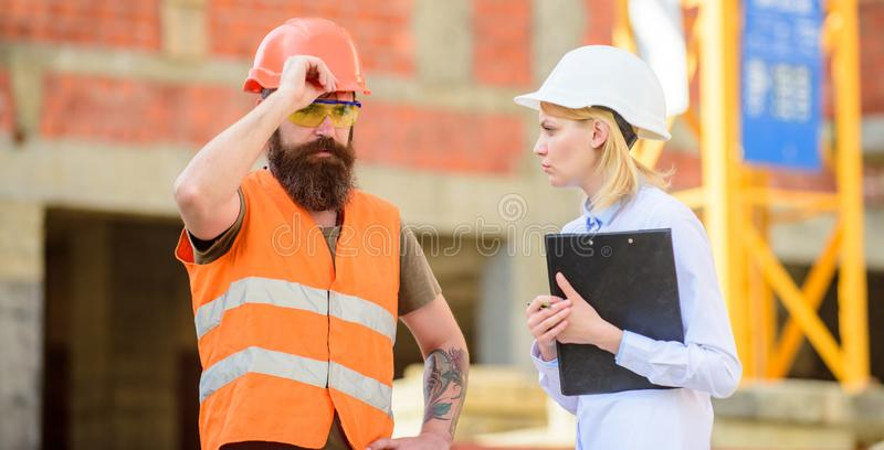 Bauvorhabenuntersuchung Bauinspektion, -korrekturen und -geldstrafen Sicherheitsinspektorkonzept discuss stockbilder