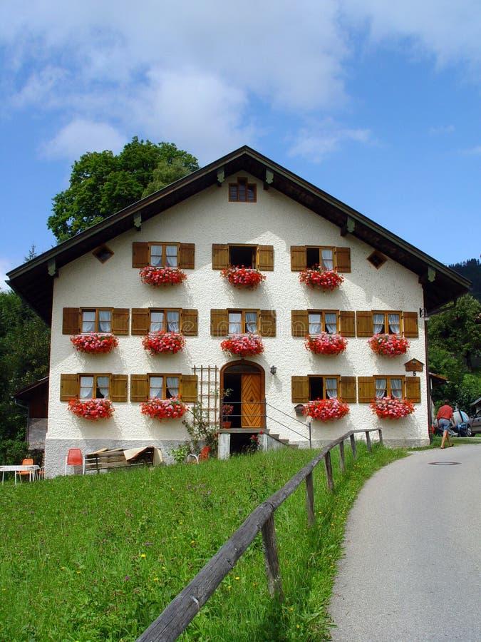 Download Bavarianhus fotografering för bildbyråer. Bild av äng, oklarheter - 506709