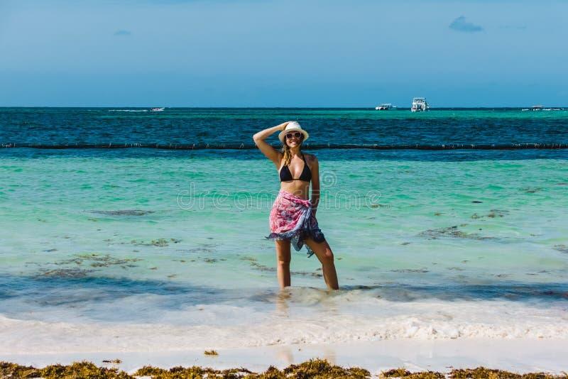 Bavaro海滩的女孩在蓬塔卡纳,多米尼加共和国 免版税库存照片