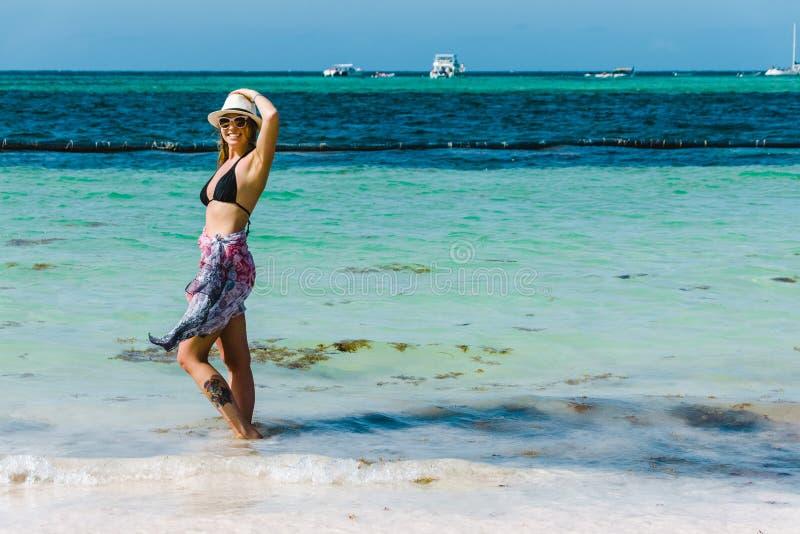 Bavaro海滩的女孩在蓬塔卡纳,多米尼加共和国 免版税图库摄影