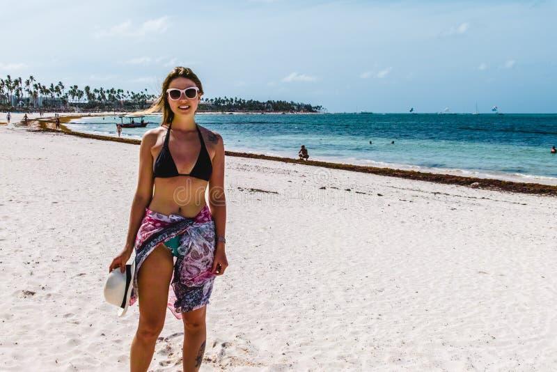 Bavaro海滩的女孩在蓬塔卡纳,多米尼加共和国 库存照片