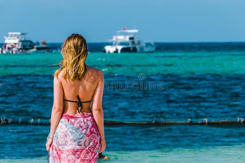 Bavaro海滩的女孩在蓬塔卡纳,多米尼加共和国 免版税库存图片