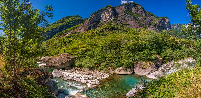 Bavona rzeka z Szwajcarskimi Alps w cantonTicino, Bavona dolina, Szwajcaria, Europa fotografia stock