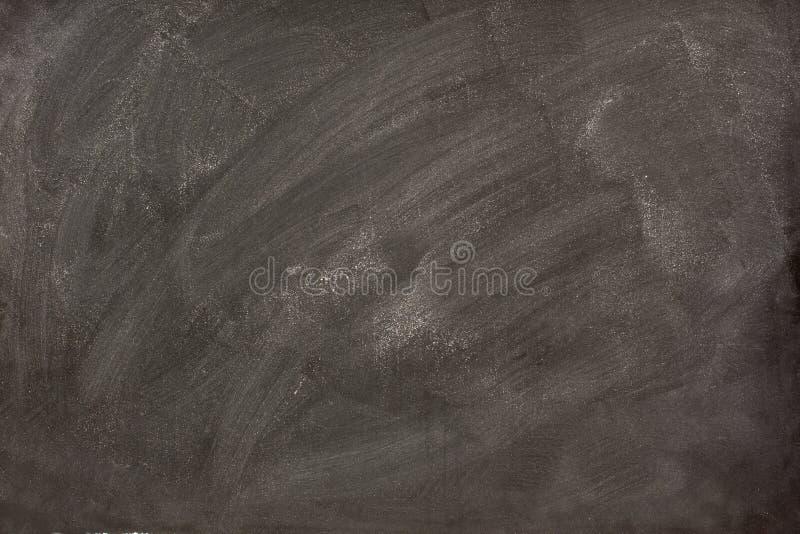 Bavures blanches de craie sur un tableau noir images libres de droits
