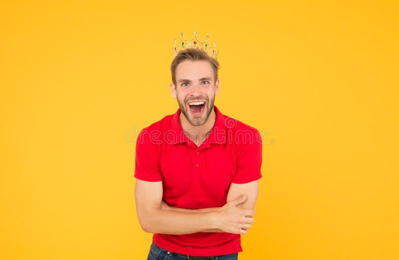 Baw się dobrze król partyjny wyobraźcie sobie, że jest centrum świata egoizm to szczęśliwe życie nagroda dla uśmiechnięty człowie obrazy royalty free