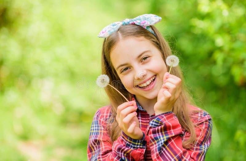 Baw się dobrze Lato jest tutaj Letni kwiat ogrodowy Girl country rustic style Checkered shirt natura tło obrazy royalty free