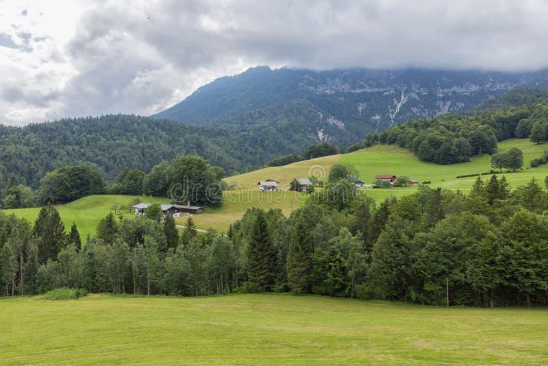 Bawarscy Alps z niskim poziomem chmurnieją blisko Berchtesgaden w Niemcy zdjęcie royalty free