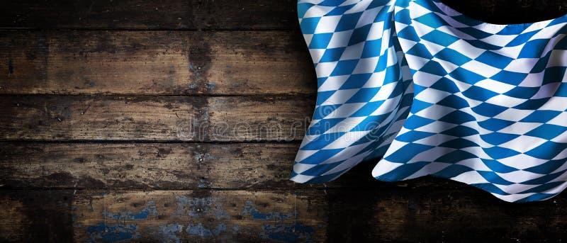 Bawarska flaga nad starym drewnianym ściennym sztandarem zdjęcie stock
