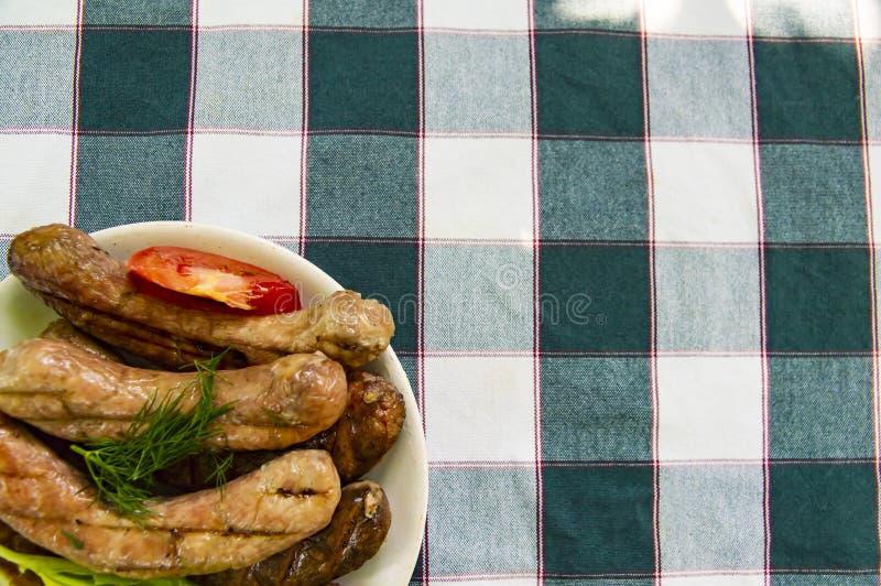 Bawarskie kiełbasy z warzywami na talerzu zdjęcia stock