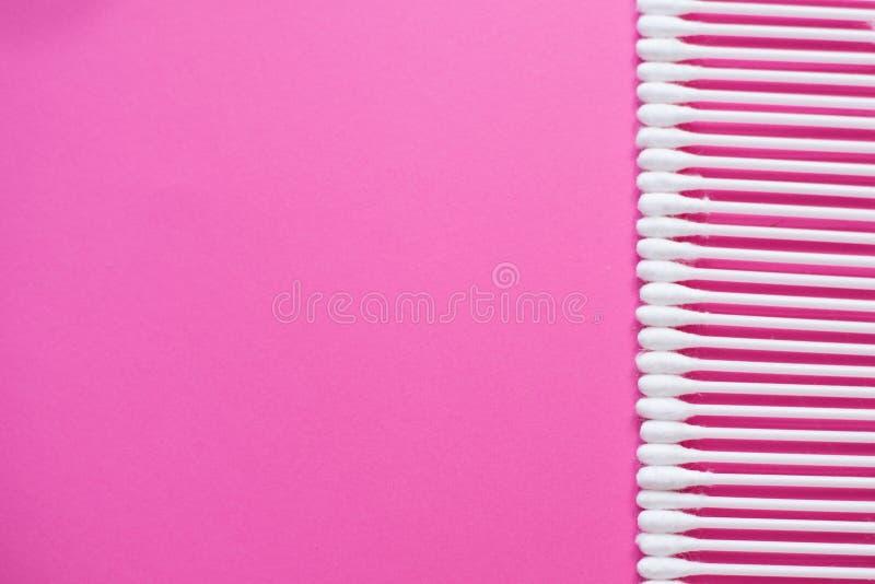 bawełna pączkuje na różowym tle Kosmetyczny pojęcie z kopii przestrzenią Medycyna i osobista higiena zdjęcia royalty free