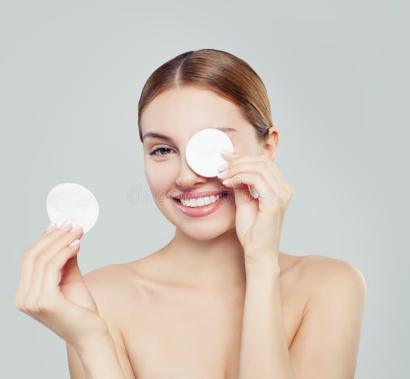 Bawełnianego ochraniacza kobiety twarz, kosmetologia i zmywacza makeup, obraz royalty free
