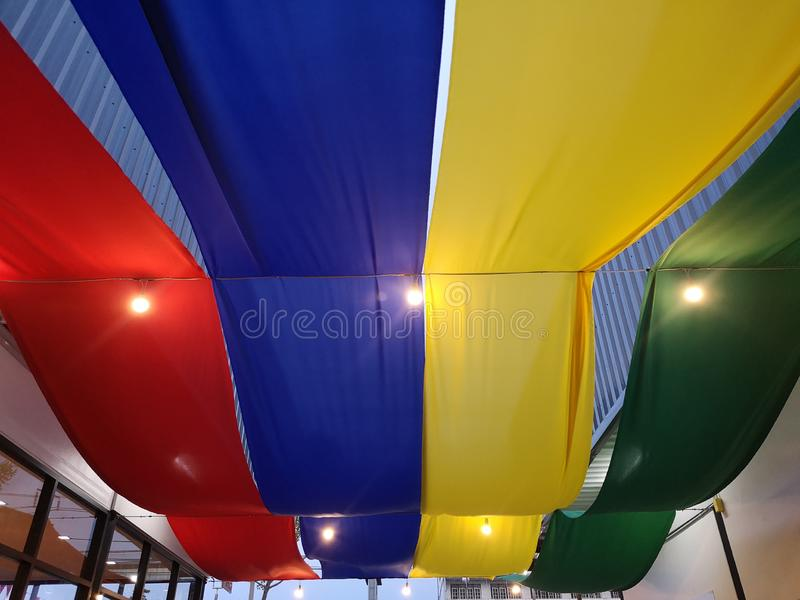 Bawełnianej tkaniny czerwona błękitna żółta zieleń używać jako krzywa dach dla dekoracji obrazy royalty free