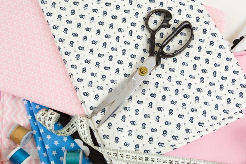 Bawełnianej tkaniny krawczyny i materiału pomiaru taśma obraz royalty free